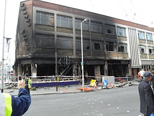 News Shopper: woolwich riots - woolwich wetherspoons