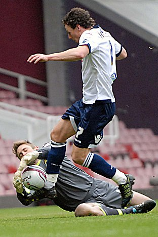 Rob Green denies Darius Henderson. PICTURES BY ROSS EVANS.