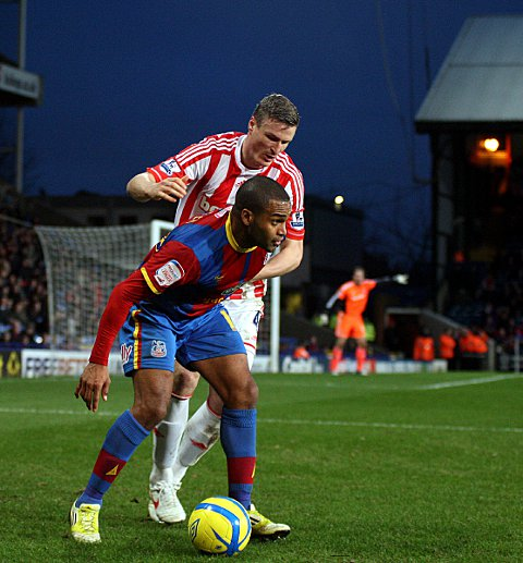 Robert Huth holds off Jermaine Easter