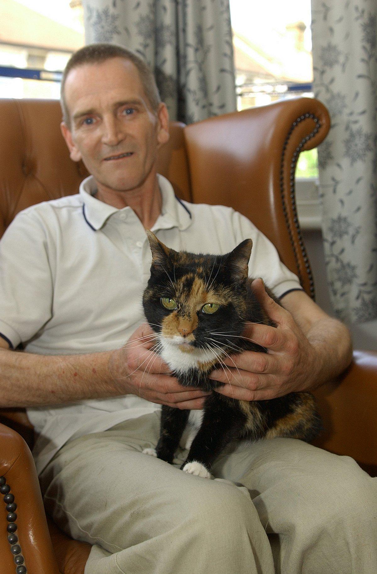 ... News Shopper: Anthony Schofield with rescue cat Jessie - 2530935