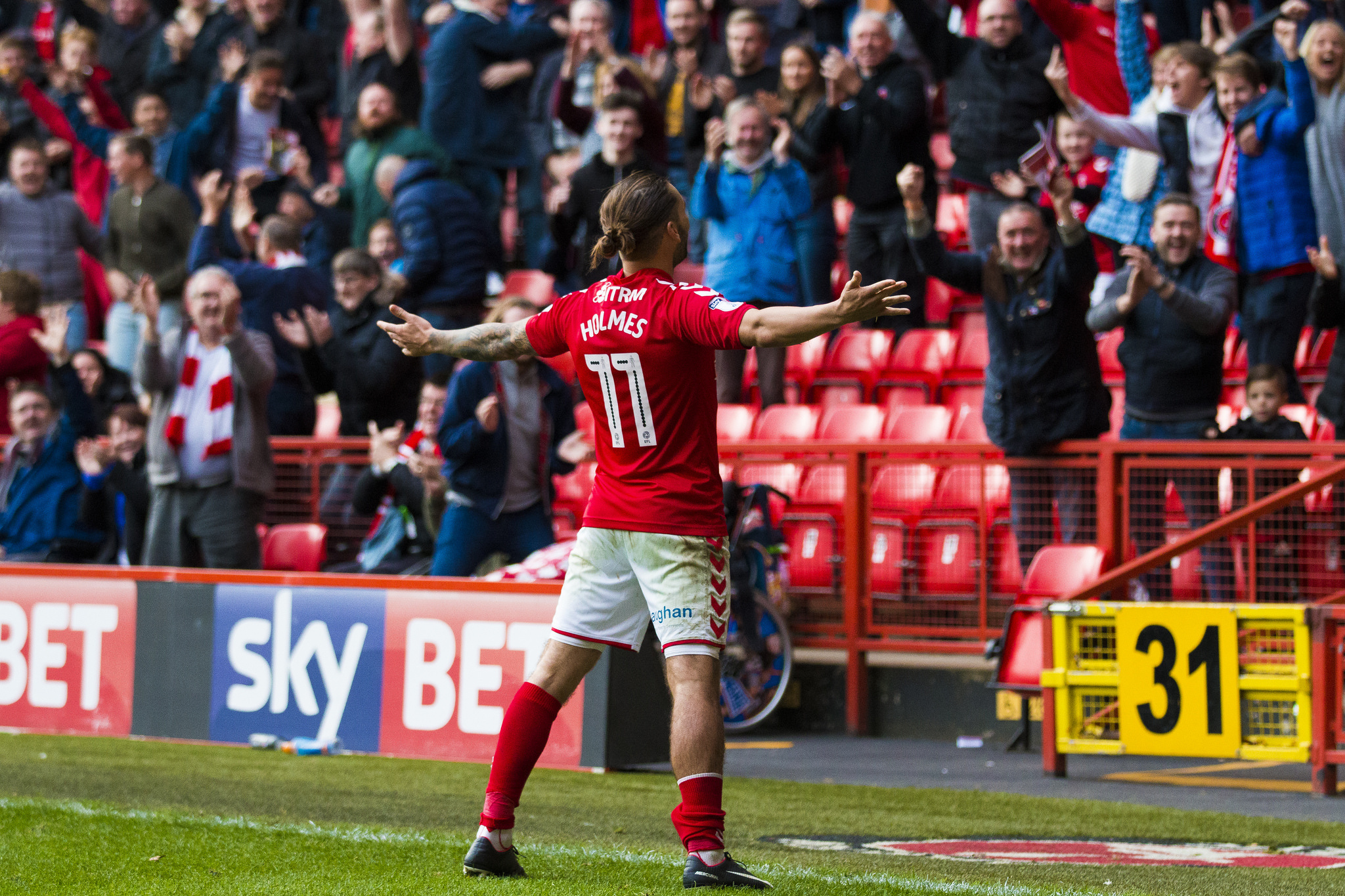 Ricky Holmes celebrates in front of Charlton fans | Picture: Benjamin Peters Photography